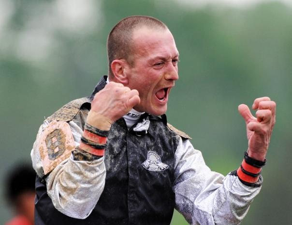 Calvin-Borel-Celerbrates-winning-Kentucky-Derby-in-2009